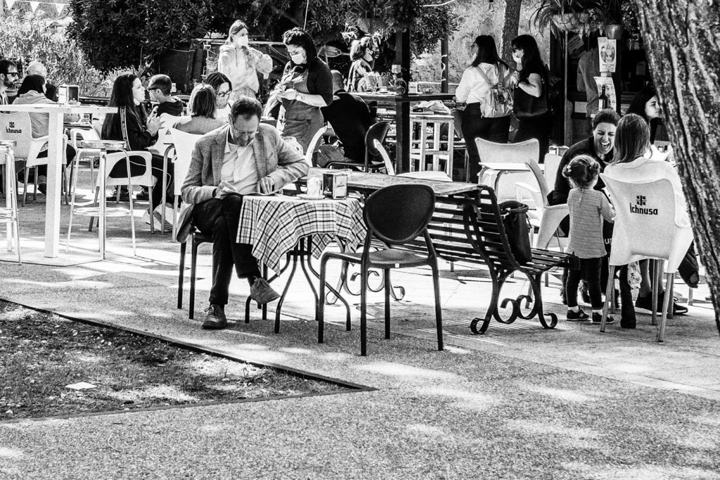 Cagliari 04 ottobre 2020, domenica. Viale Buoncammino Astanti a un chiosco bar