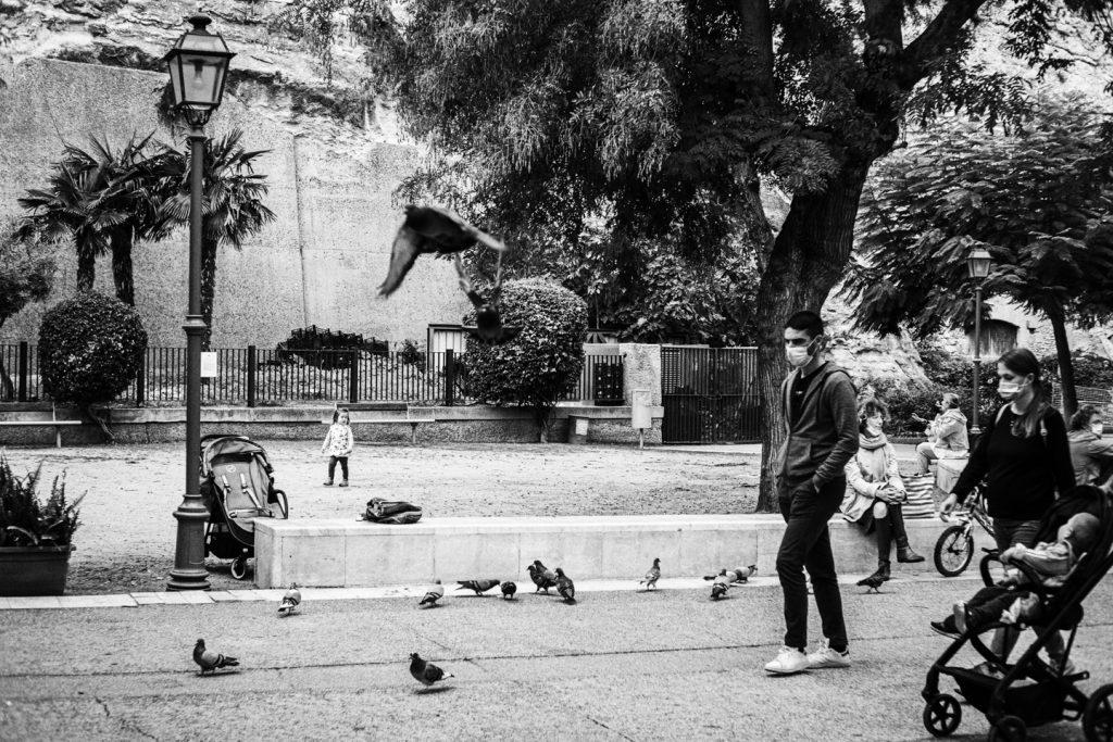 Cagliari 15 novembre 2020, domenica. Giardini pubblici. Chi porta a spasso i figli