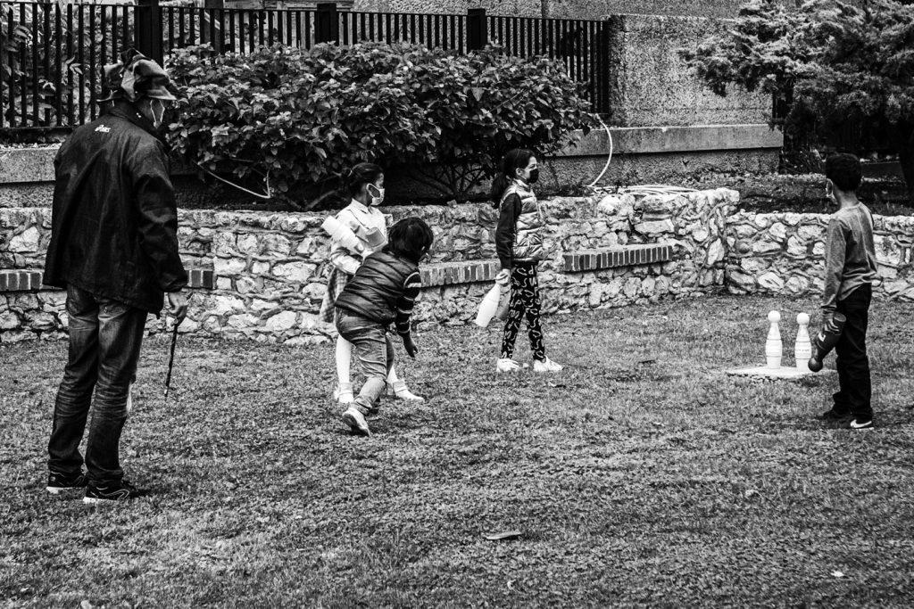 Cagliari 15 novembre 2020, domenica. Giardini pubblici. Chi gioca a bocce.
