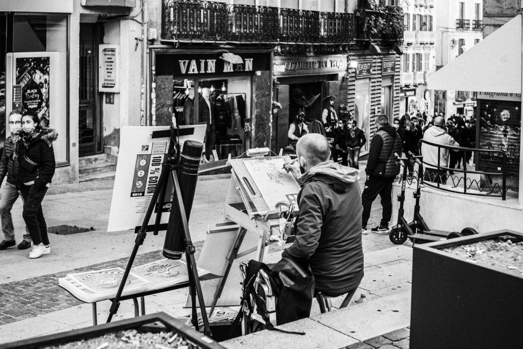 Cagliari 22 novembre 2020, domenica. Via Manno. Chi disegna e chi guarda i negozi.
